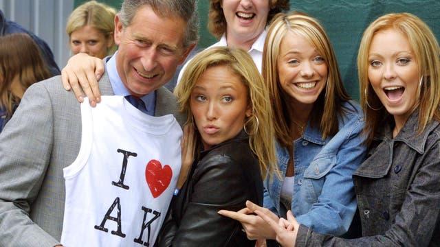 El Príncipe de Gales recibe una camiseta del grupo pop Atomic Kitten en juklio de 2001