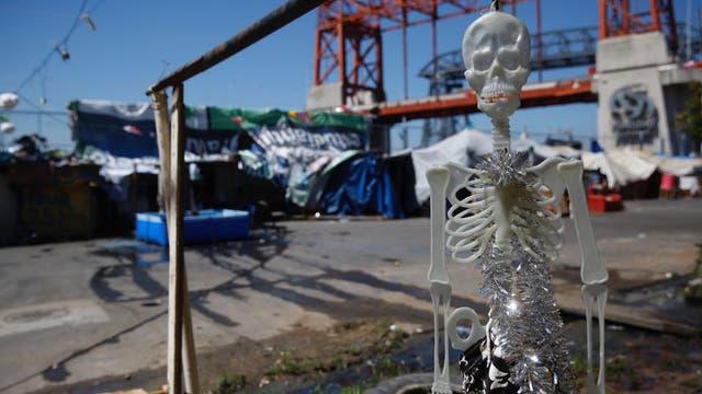 Un esqueleto adorna sarcásticamente el campamento