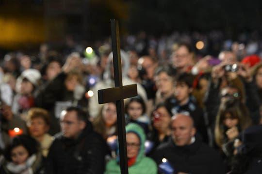 Miles de fieles participaron del primer Vía Crucis encabezado por el papa Francisco. Foto: AFP