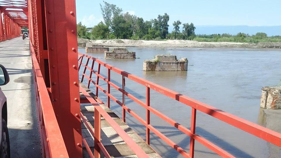 Saltó desde un puente para evitar que una nena muera ahogada