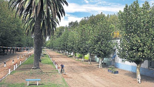 El boulevard San Martín, en el centro de Ernestina, vivió años de esplendor; hoy apenas es transitado