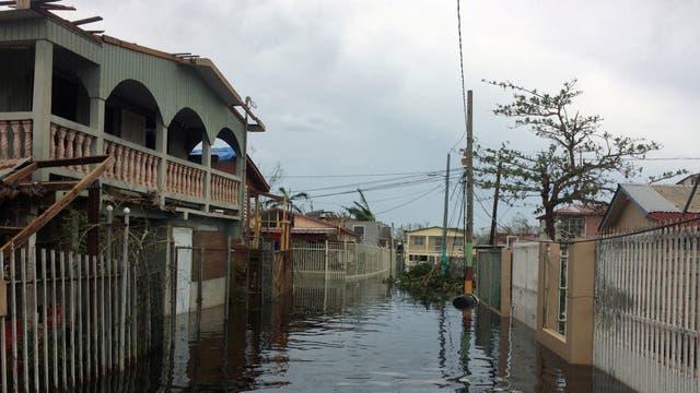 Una calle inundada en la zona de Juana Matos. Foto: Reuters
