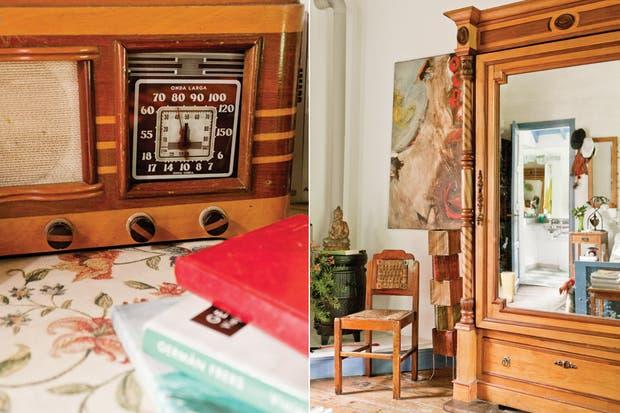 Detalle de una radio antigua que aún funciona. ropero con puerta espejada, adquirido en El Gringo, un local de compraventa de San Miguel. A un costado, un cuadro de Richard y una silla en madera (Arte Escondido)..