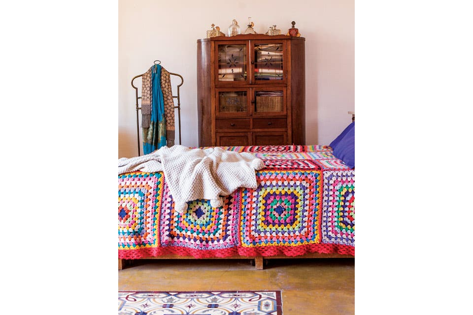 Sobre la cama, manta tejida a crochet por Patricia Nogueira. Al lado, un ropero de madera maciza comprado en un viaje familiar a San Antonio de Areco.  Foto:Living /Santiago Ciuffo