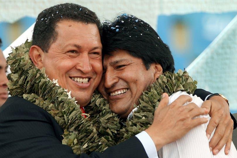 Con Evo Morales, en la ceremonia de clausura de la Cumbre Social de los Pueblos, en el marco de la II Cumbre de la Comunidad Sudamericana, en Cochabamba, 9 de diciembre de 2006. Foto: AFP