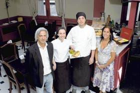 Los cocineros Jorgelina Impellicieri y Martín Bouquet, flanqueados por Pablo Campos y Mercedes Norgues