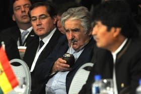 El presidente de Uruguay, José Mujica, durante la reunión del Mercosur. A su derecha, su par de Bolivia, Evo Morales