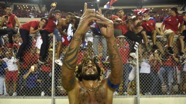 Román Torres selló la clasificación para Panamá y se sacó una selfie con el público