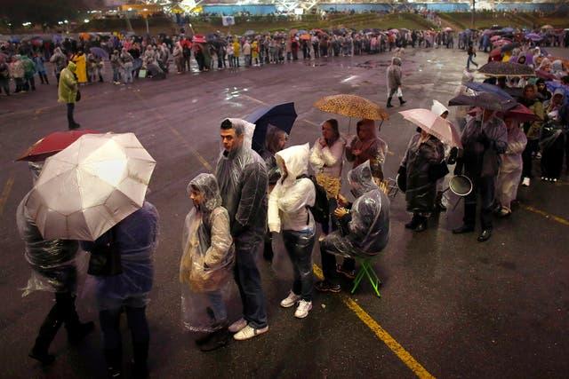 La lluvia no impidió que miles de personas hicieran cola ayer en la basílica de Aparecida.