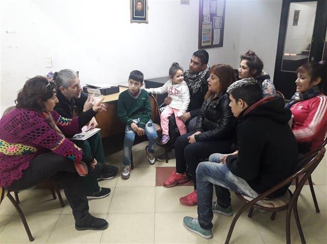 Asistencia familiar: Lucía Gutiérrez, su hija Johana Ustares y parte de su grupo familiar son asistidos por personal de la Red de Posaderos de Lumen Cor. Muchos pasan algunas temporadas en la calle y tienen problemas de adicciones. Junto a esta organización buscan soluciones a su situación habitacio