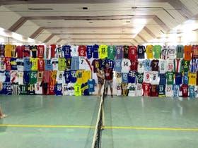 Parte de la colección de 400 camisetas de Cellerino; en la imagen, junto con su mujer, Sabela, y su hijo Noah
