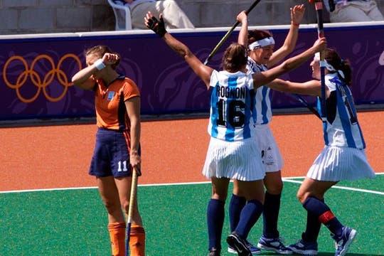 Rognoni y Masotta abrazan a Sole García, autora de uno de los goles en el 3 a 1 a Holanda, el 24 de septiembre de 2000, día del bautismo de Las Leonas. Foto: AP
