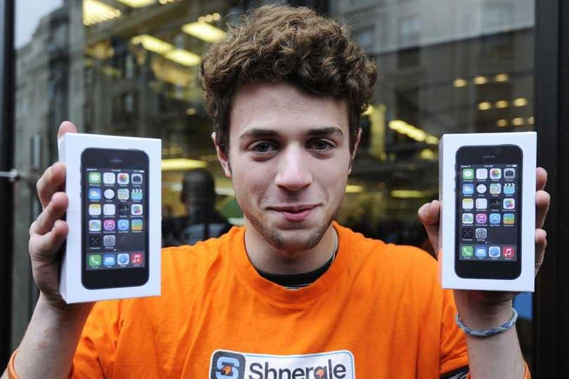 En Alemania se repitieron las filas para comprar el último teléfono de Apple. Foto: EFE