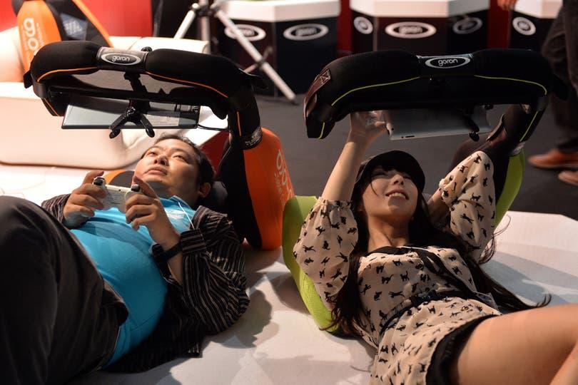 Para vencer al cansancio de jugar, en la Tokyo Game Show se presentó Goron, un accesorio de Sanyo que permite recostarse y disfrutar de los videojuegos. Foto: AFP
