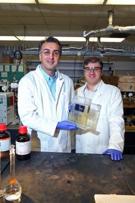 Amin Salehi-Khojin (izq.) y Mohammad Asad, los investigadores que llevaron adelante el proyecto