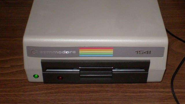 Una diskettera 1541; los diskettes son de 5,25 pulgadas