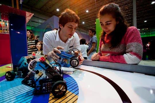 En el espacio de los robots, se puede jugar al metegol, realizar rescates y clasificar desperdicios. Foto: LA NACION / Matias Aimar