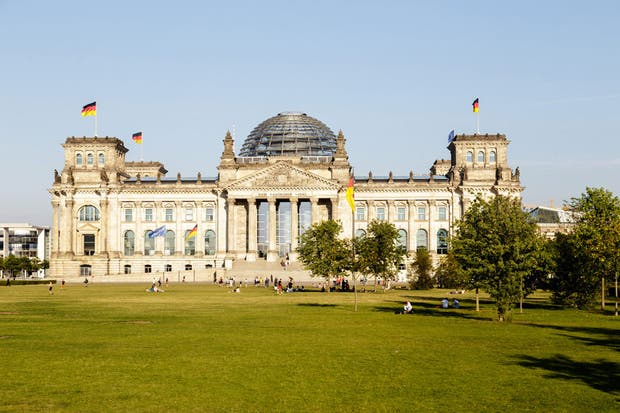 Para visitar la cúpula vidriada del Reichstag (obra brillante de Norman Foster), hay que acreditarse online con bastante anticipación. ¡A no colgarse!.  Foto:Living /Daniel Karp