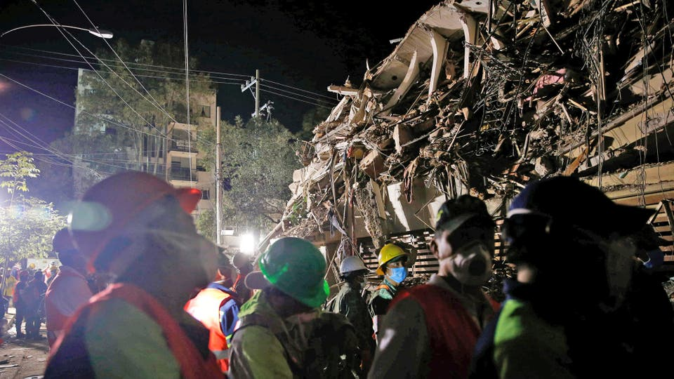 Durante toda la noche personal capacitado trabajo en la búsqueda de personas bajo los escombros. Foto: Reuters