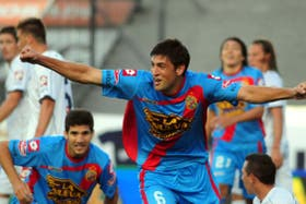 Braghieri festeja su gol, el segundo de Arsenal; lo observa su compañero Lisandro López