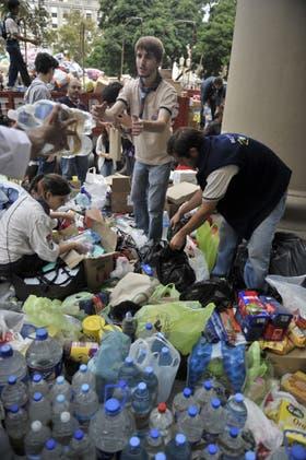La Catedral Metropolitana de la Capital Federal es uno de los muchos centros de acopio de material para entregar a las víctimas del temporal