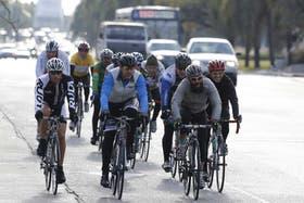 Un pelotón de ciclistas entrenando en Parque Sarmiento