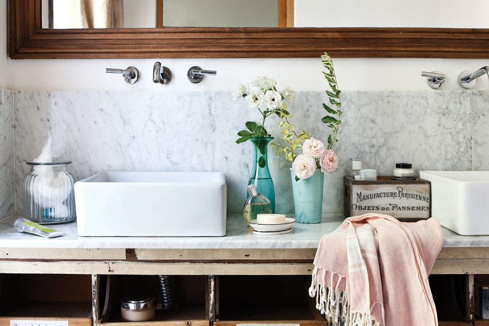 Un baño rústico con aires romáticos