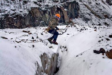 En el rescate en hielo, en caso de tener que saltar grietas, el cruce se hace de a uno . Los otros que están atados a la misma soga, se tiran al piso y traban su piqueta por si el que intenta cruzar cae y deben frenarlo.