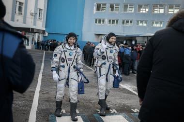 Cuenta regresiva. AnnMcClain (izq.) y Oleg Kononenko, tripulantes de la Soyuz MS-11, caminan hacia la plataforma de despegue