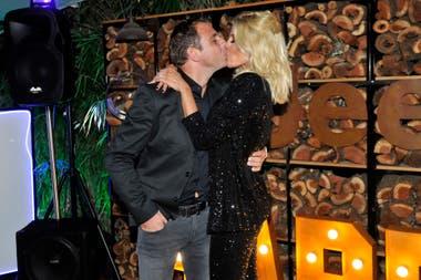 El beso de la noche. Barbie Simons no dudó en sellar su amor con un romántico beso