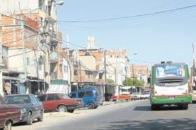 El colectivo 76 pasa por la villa 1-11-14, la parada elegida por los grupos de adictos que allí compran drogas