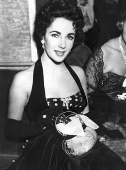 En 1951, en el estreno de The Lady with the lamp, siempre glamorosa y un ícono de la moda de la época..
