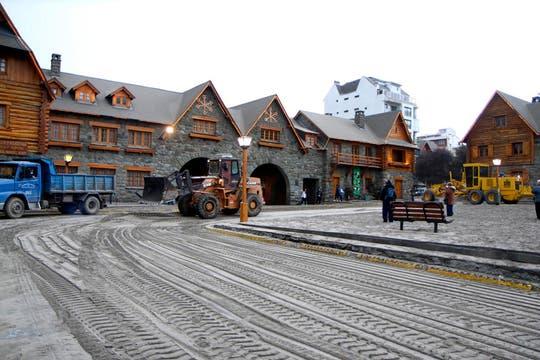 En lugar de nieve hay ceniza, vista del Centro Cívico de la Ciudad de Bariloche. Foto: Reuters