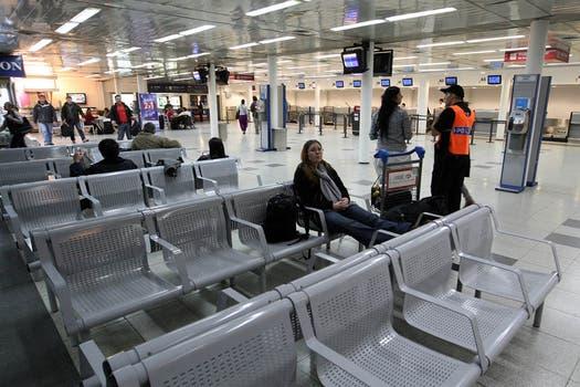Poco movimiento en el aeroparque metropolitano tras la suspensión de los vuelos. Foto: LA NACION / Marcelo Gómez