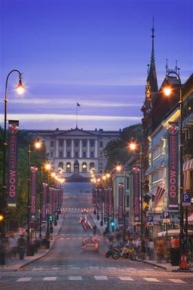 El Palacio Real y la avenida principal Karl Johans Gate