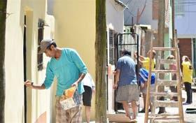 Los vecinos, con pincel en mano, le cambian la cara al barrio Cildáñez