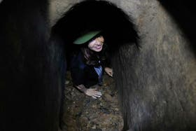 Cristina y las fotos en su visita a los túneles usados por el Viet Cong
