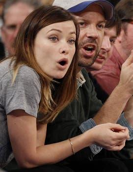 Olivia Wilde se muestra sorprendida luego de una jugada entre los equipos de basquet  los Toronto Raptors y los New York Knicks. Foto: Reuters