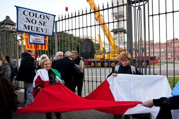 Manifestantes italianos, frente al monumento a Cristóbal Colón
