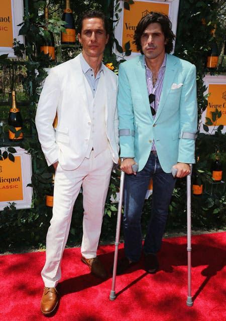 Matthew McConaughey, de impecable blanco, junto a Nacho Figueras, que apostó a un impactante saco turquesa. Foto: /Gza. Feedback PR