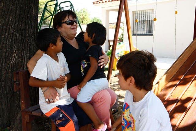 Silvia Casas, junto a algunos de los niños de Casa MANU.