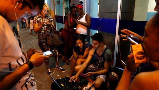 Los jóvenes cubanos buscan conexión Wi-Fi en el centro de La Habana