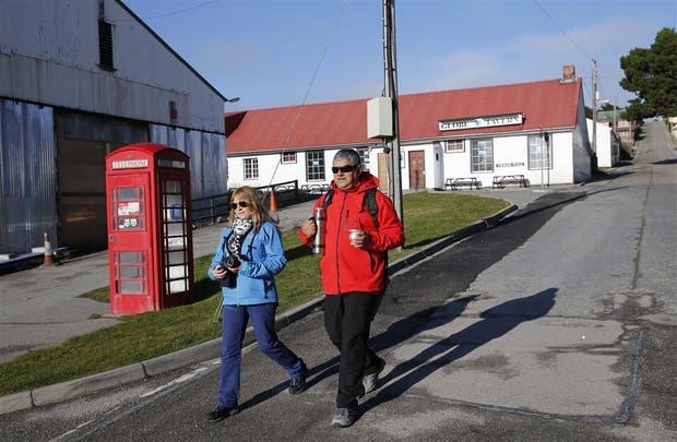 Un grupo de argentinos visitó ayer las islas Malvinas