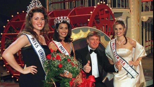 5 de febrero de 1997. Donald Trump posa con las ganadoras luego de que la nueva Miss USA fuera coronada en el Coliseo Hirsch en Shreveport, Louisana.