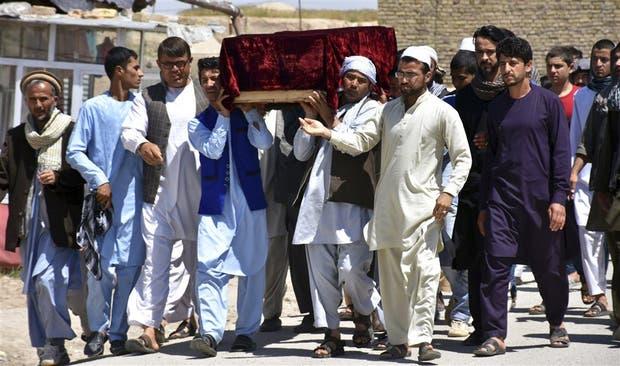 Funeral de una de las víctimas en la base militar de Mazar-e-Sharif