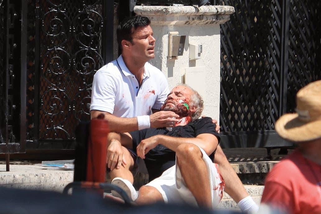 Ricky Martin en el rol de Antonio D'Amico, con el diseñador (Edgar Ramírez) en brazos