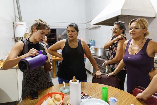 Mujeres del pueblo se ofrecieron como voluntarias para cocinar en el albergue