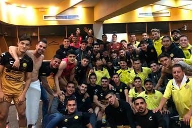El festejo íntimo en el vestuario de Dorados, tras clasificarse a los cuartos de final.