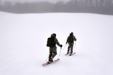 Cuando el rescate se hace en zonas de nieve, los esquíes pueden ser la mejor opción para llegar más rápido. En esos casos, se les coloca una cinta especial en la parte de abajo y están adaptados para que se pueda caminar liberando el talón.