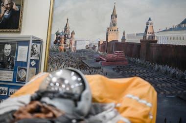 Historia reciente. En el museo del cosmódromo de Baikonur, un maniquí usado en pruebas de lanzamiento; detrás, una pintura de Moscú